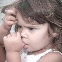 Як відучити дитину від смоктання пальця