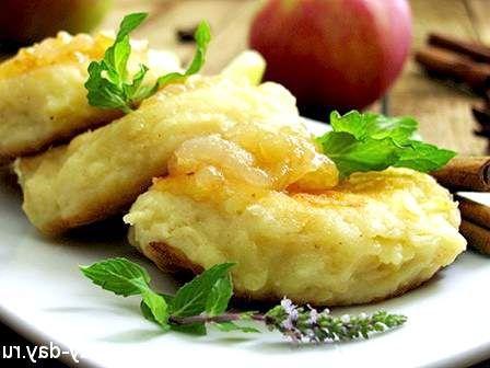 Сирні сирники з яблуками і корицею